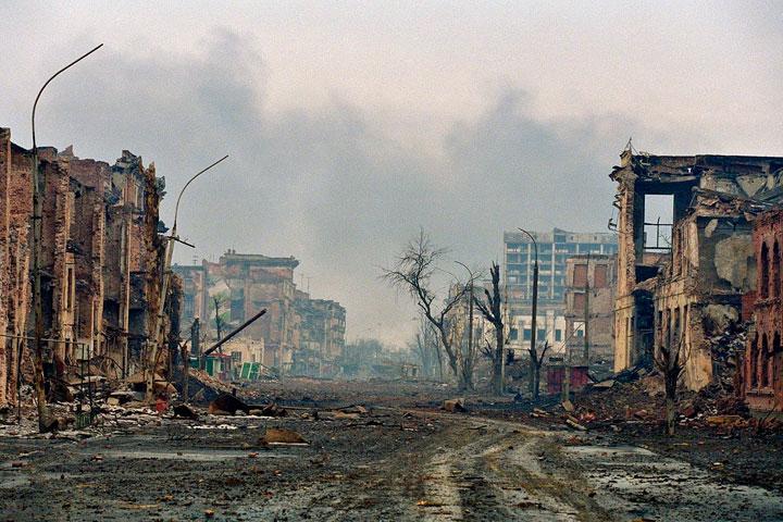 Calle totalmente derruida tras un ataque