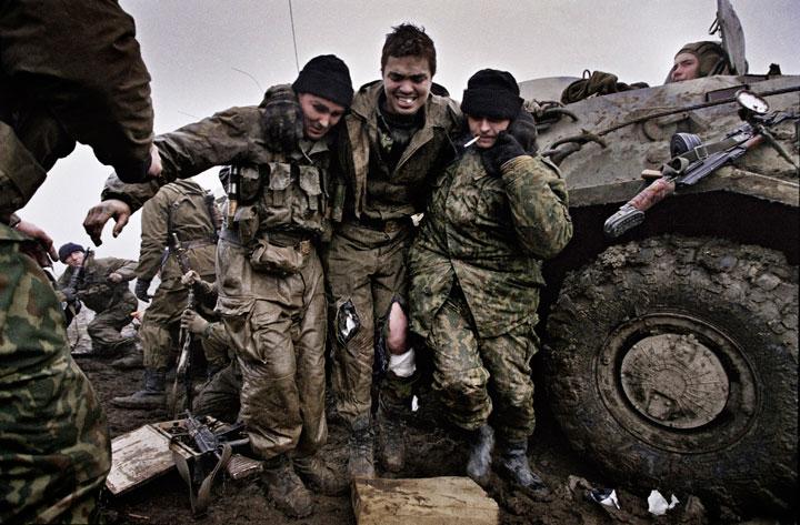 evacuando-herido-guerras-chechenia