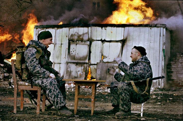 Soldados echando una partida en plena guerra