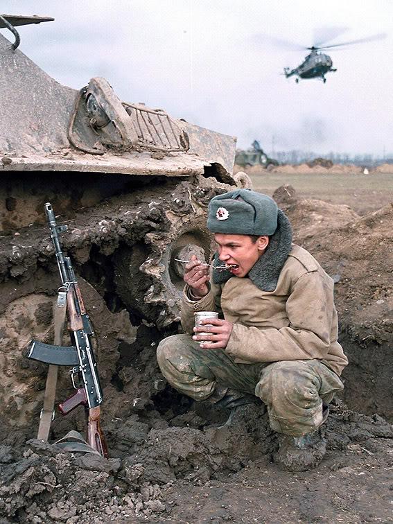 soldado-comiendo-guerra-chechiena