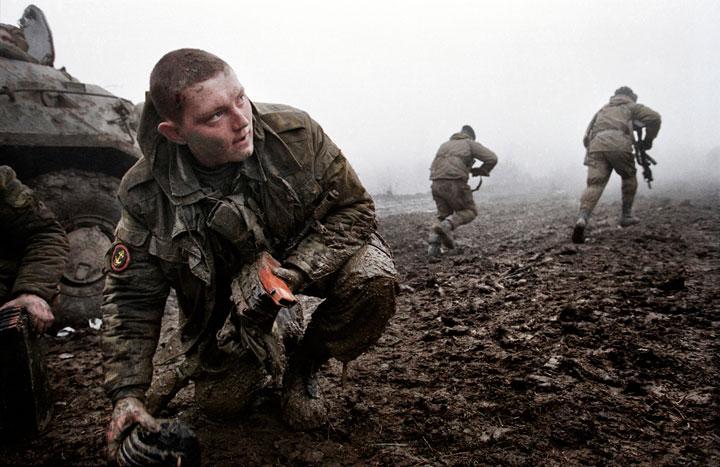 soldado-recogiendo-municion-emboscada