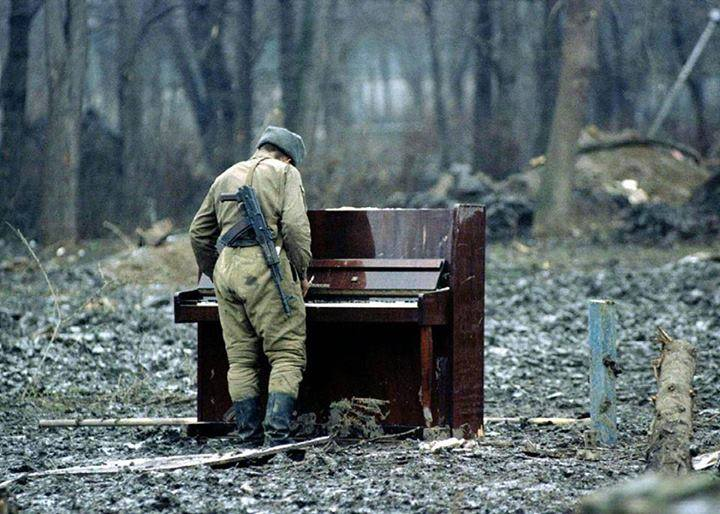 soldado-ruso-toca-piano-chechenia