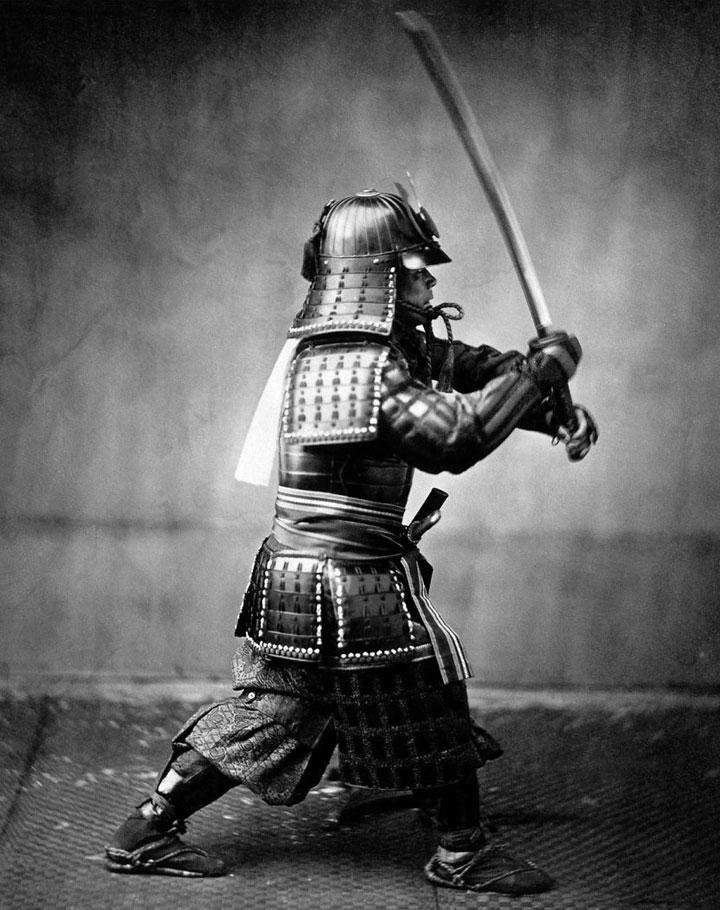 Posición de combate samurai con armadura