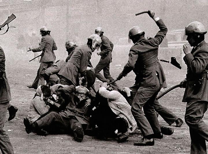 Los grises cargando contra ancianos y mujeres en 1958
