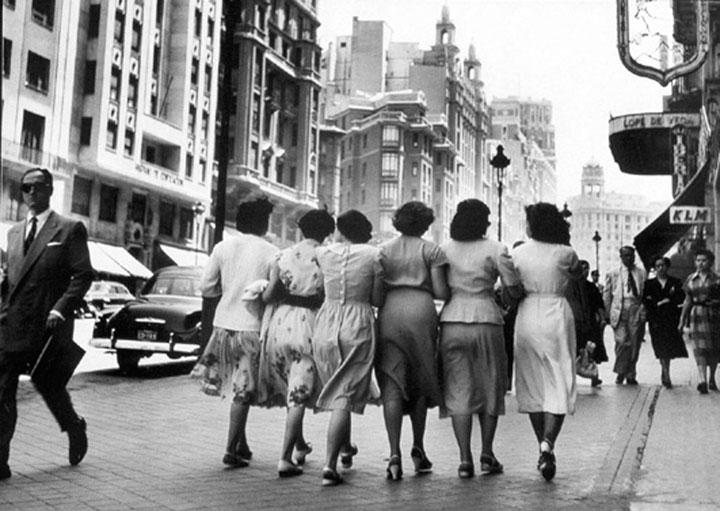 Chicas jóvenes por la Gran Vía de Madrid en 1955