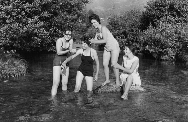Un grupo de chicas bañándose en un río gallego 1961