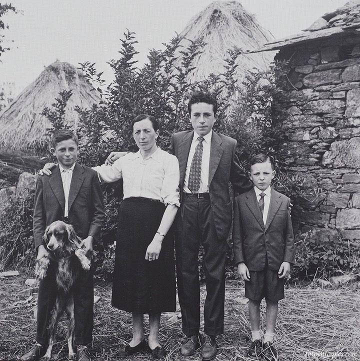 Familia gallega vestida de domingo en 1959