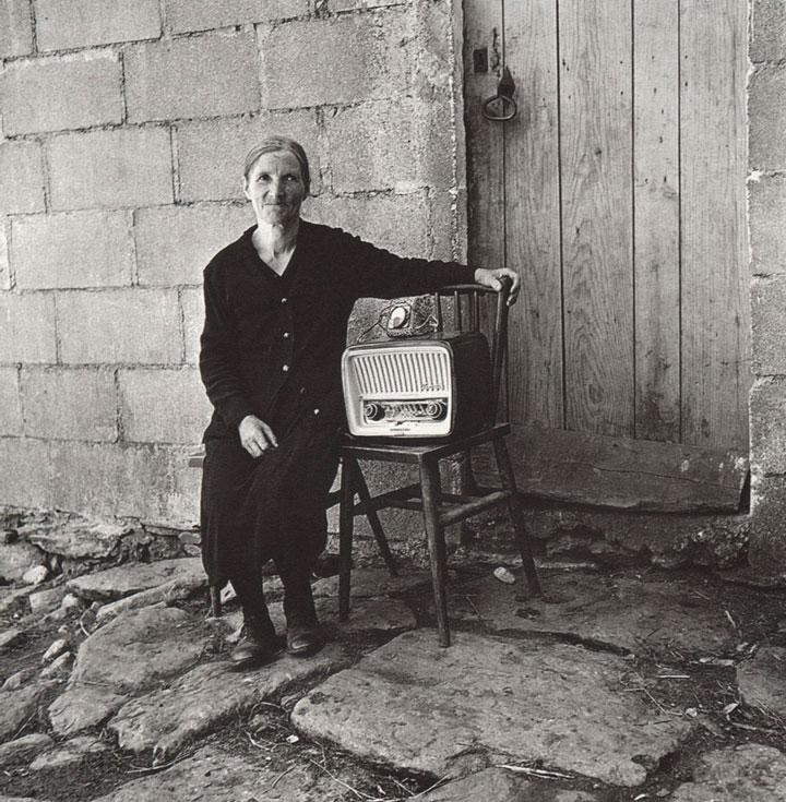 Anciana a la puerta de casa en Galicia 1959