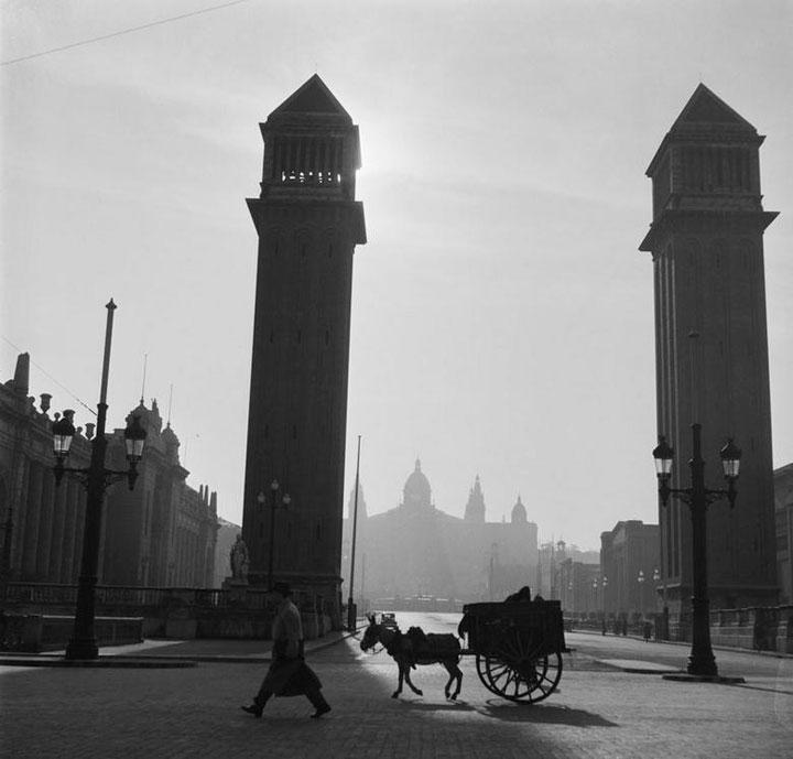Las dos torres venecianas de Montjuic en 1950